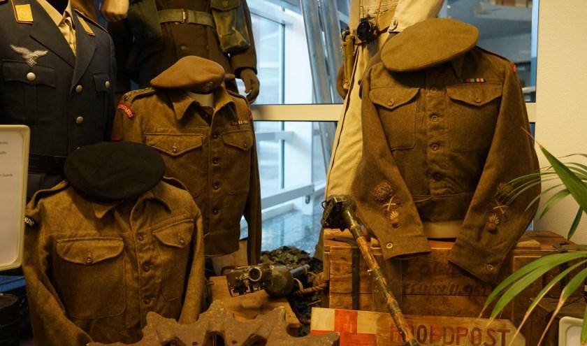 Sfeerbeeld van de expositie. Er zijn onder meer uniforms, wapens en foto's te zien.
