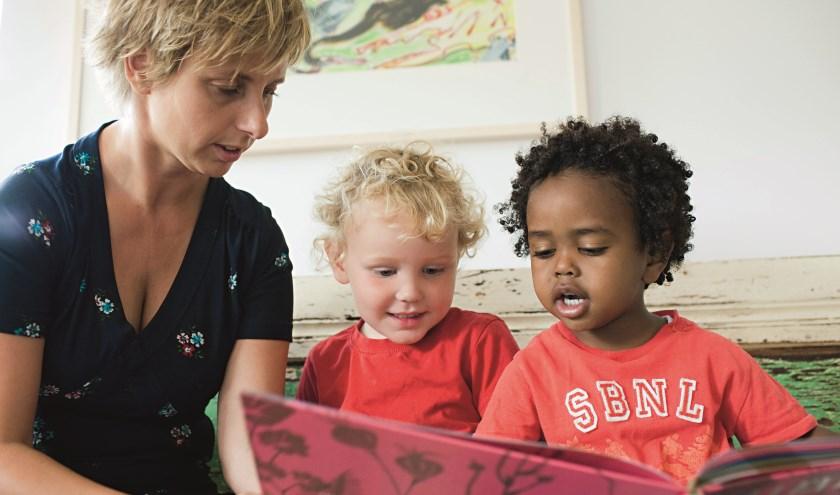 Project Gezinnen voor Elkaar: een kind uit een vraaggezin wordt voorgelezen in een steungezin. (Foto: Inge Hondebrink)