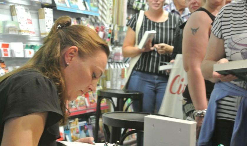 Nadat Angelique enkele vooraf ingestuurde vragen van het publiek had beantwoord, kon het publiek het gekochte exemplaar laten signeren.  Foto: Patricia van den Blink.