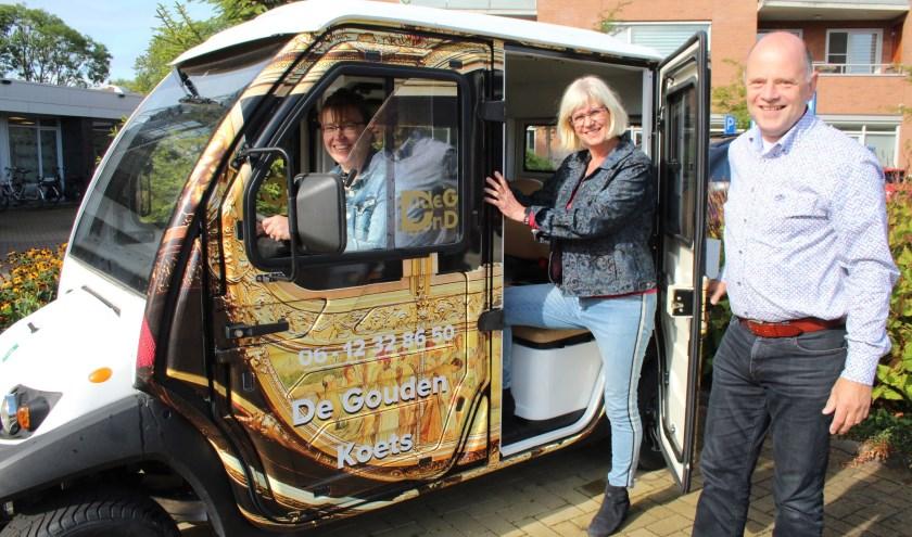 Voor een keer zit Linda Baars achter het stuur, met Roelien Kok als passagier en Simon Bootsma als galante begeleider. (Foto: Lysette Verwegen)