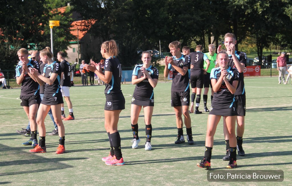 De spelers bedanken het naar Arnhem afgreisde Wageningse publiek Foto: Patricia Brouwer © DPG Media