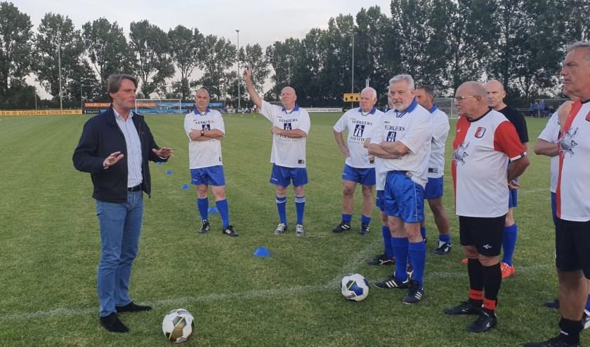 Wethouder Paul Boogaard trapt de Walking Football wedstrijd af. (Foto: Privé)
