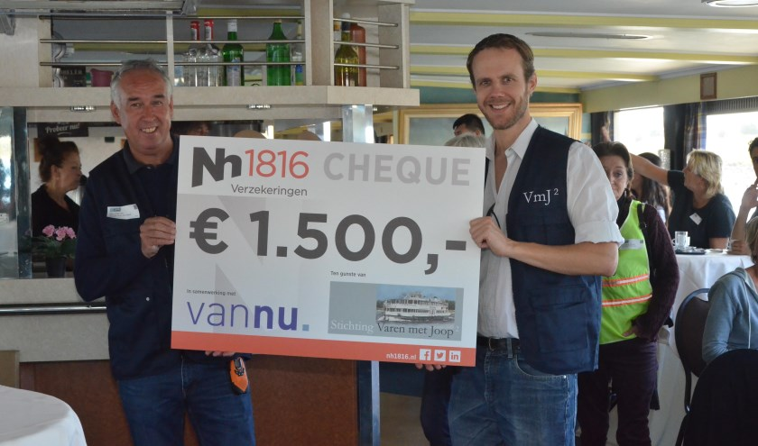 Bestuursleden Wilco en Tom met de cheque die werd geschonken door vannu. Arnhem en Nh1816 Verzekeringen. (foto: Jan Boelens)