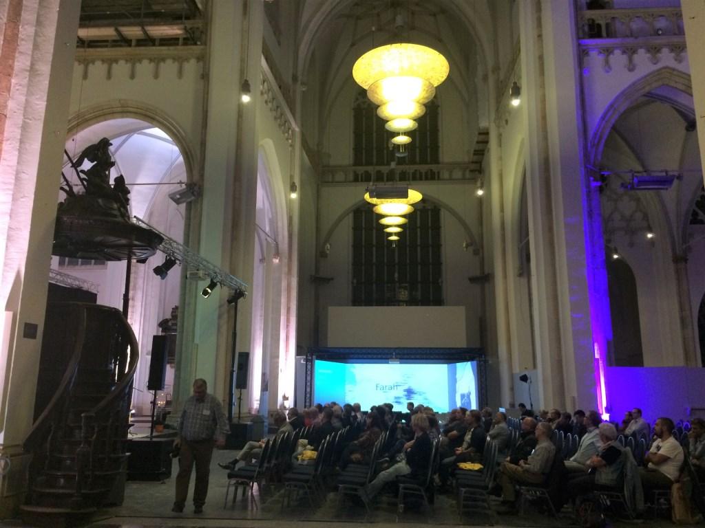 Blik op de aanwezigen bij het avondprogramma in de Eusebiuskerk (foto bureau Communique)  © DPG Media