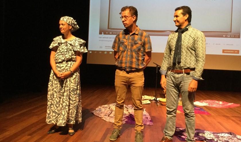 Hetty van de Weg, Dirk Jan Scharrenburg en Cherig Ait Abderrahman  bij het symposium laaggeletterdheid in Heerde.
