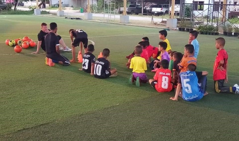 Peter legt de techniek uit aan de Thaise kids