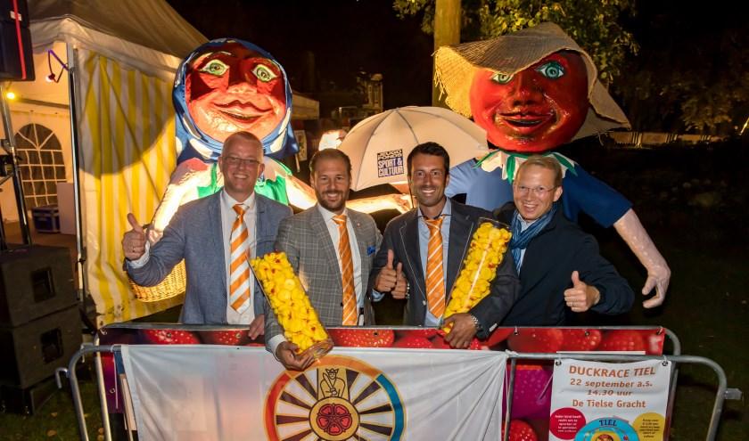 De organisatie is in handen van De Ronde Tafel. Hier op de foto met de burgemeester. (foto: Jan Bouwhuis)