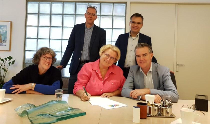 Het bestuur van Stichting Villa STOER tijdens de oprichting in september 2018 met in het roze Marianne Kleinjan. Binnenkort tekenen ze een intentieovereenkomst met Wooncompas.