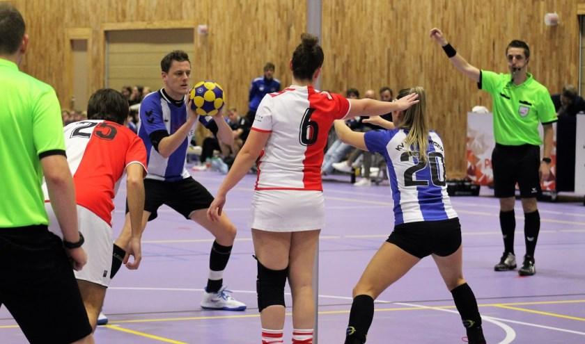 Jasper Broenink neemt namens Wageningen een vrije bal. (foto: Patricia Brouwer)