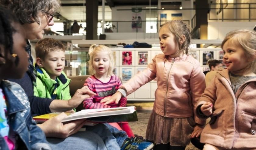 Vrijwilligers van de VoorleesExpress lezen elke woensdag van 14:00–15:00 uur in de bibliotheek voor aan kinderen van twee tot acht jaar oud.