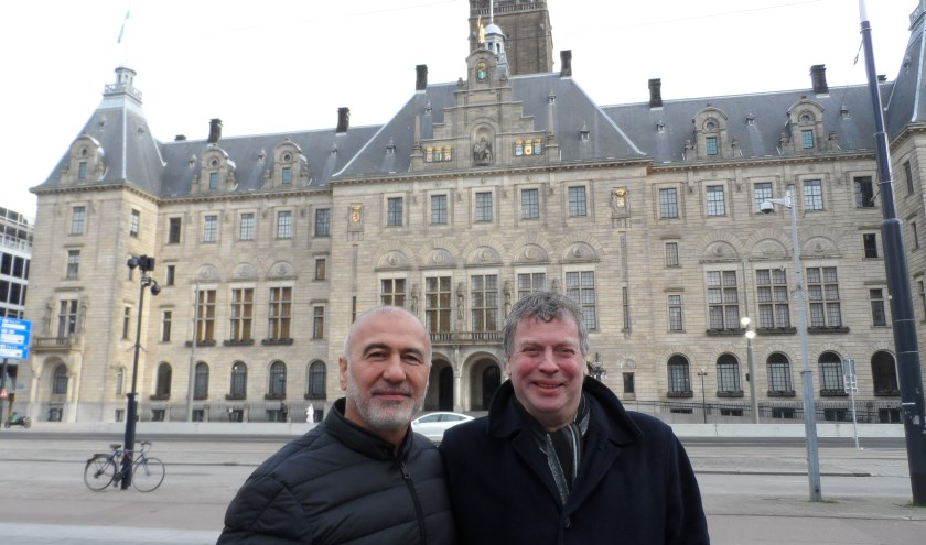 Karakus naast Dick Gebuijs, schrijver van het boek over het leven van de uit Turkije afkomstige oud-wethouder. Foto: Joop van der Hor