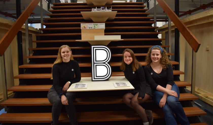 De entree van de BK Expo te zien met op de trap zelf ontworpen displays voor de expo, vlnr Kimberly van Vliet, Zola Zwerver en Tessa den Hartog