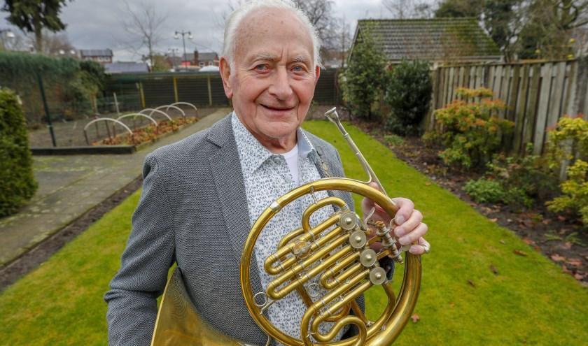 Tijdens het Nieuwjaarsconcert is Harrie Kox gehuldigd voor zijn 70-jarig lidmaatschap. FOTO: Bert Jansen.