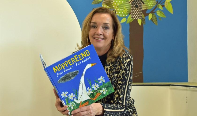 Monica van der Meer raadt iedereen aan veel voor te lezen, bijvoorbeeld uit Moppereend, het prentenboek van het jaar. Foto: RM