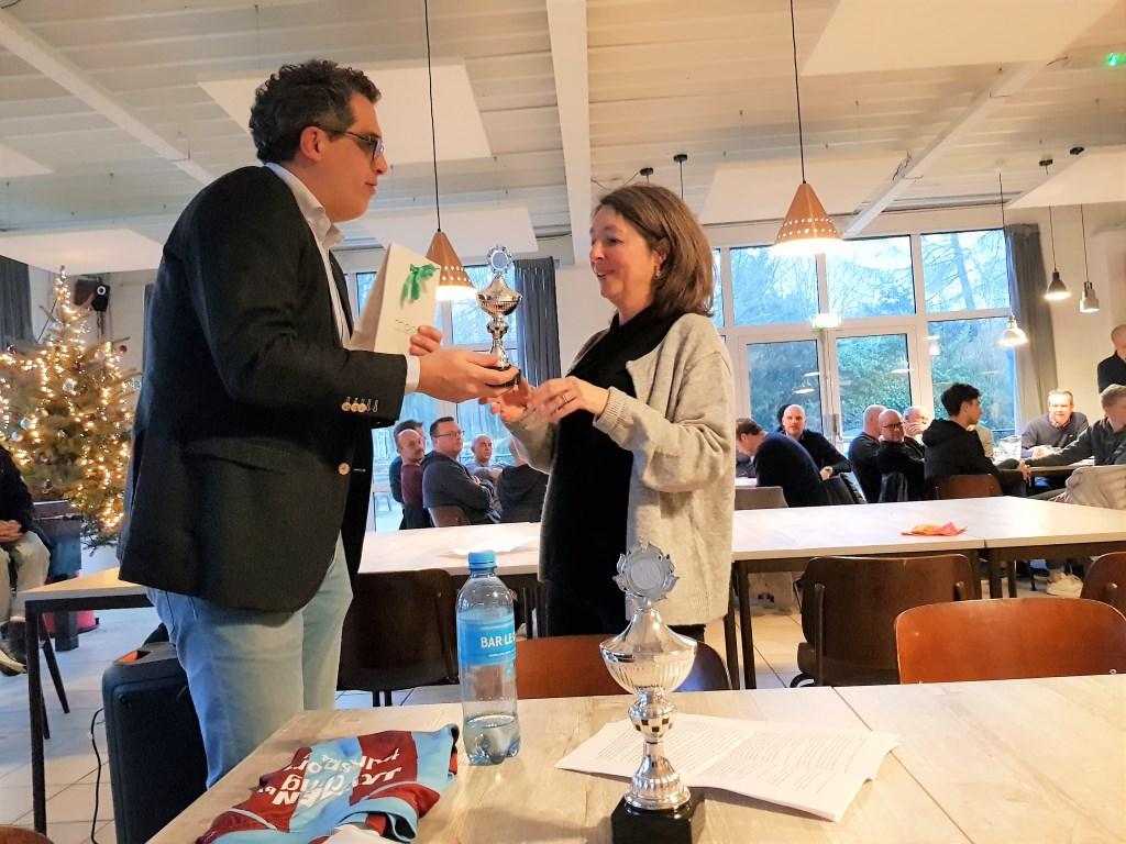 Esther van der Mark ontvangt als 'Vrijwilliger van het Jaar' een beker en vanuit 'de zaal' een warm applaus. Foto: Dick Martens © DPG Media