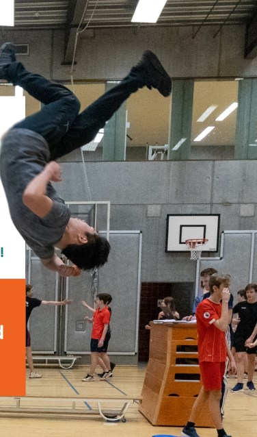 leerling maakt een salto
