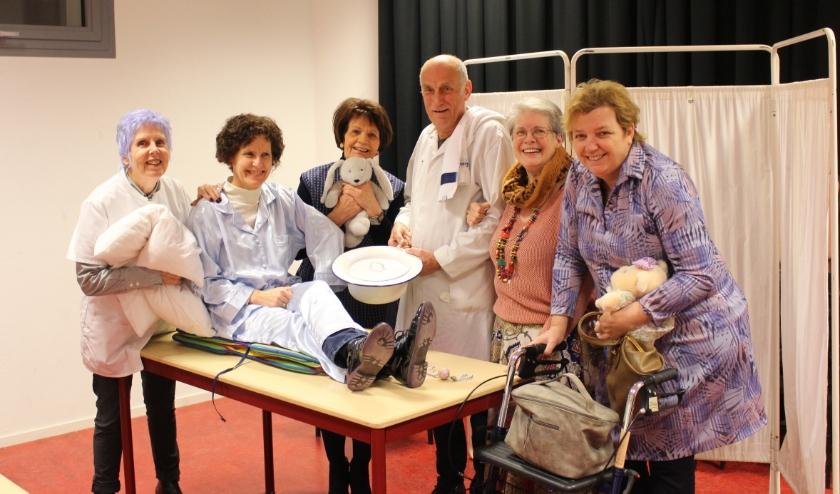 De spelersgroep van 'Waar is mijn kamer?', met onder anderen Jan Fiddelaers en Yvonne Cuijten (uiterst rechts).