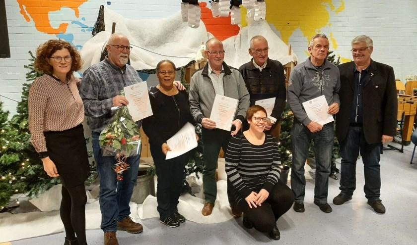 Gouden jubilaris Caecilia - derde van links - tussen de haar jubilerende collega's met oorkondes en EHBO-afgevaardigden. (Foto: Rinus Verweij)