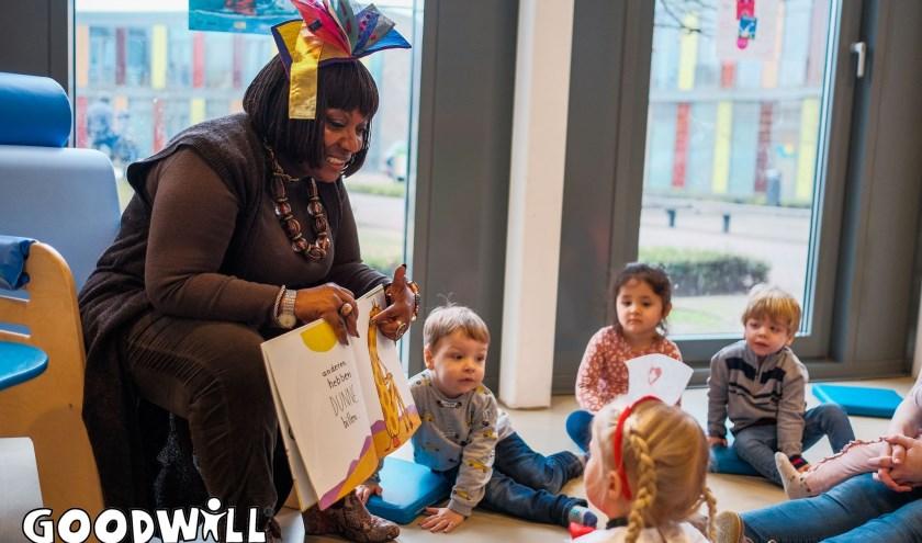 Gerda Havertong leest voor bij Kombino Kinderopvang in Zoetermeer.