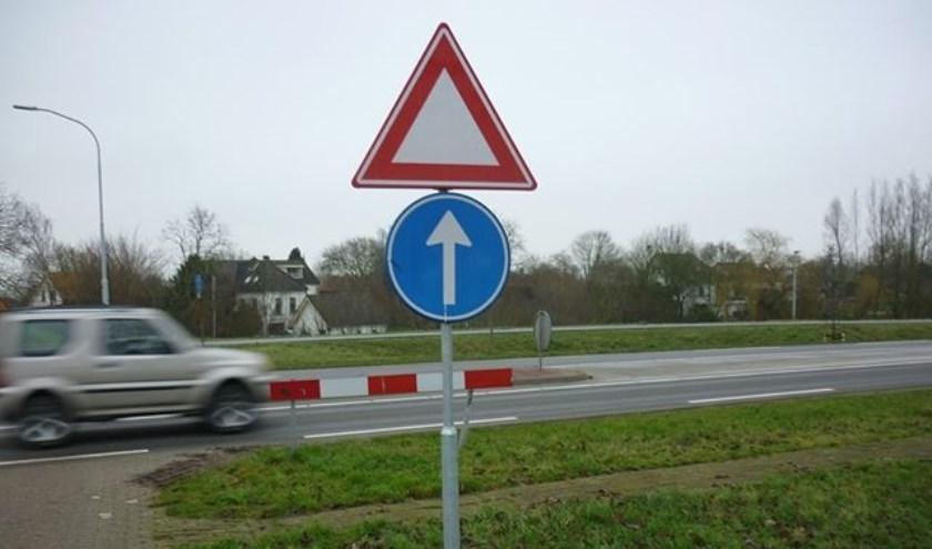 Bij de Batavenweg in Herwen is een voorrangsbord ondersteboven geplaatst. (foto: Sjonnie van de Koepel)