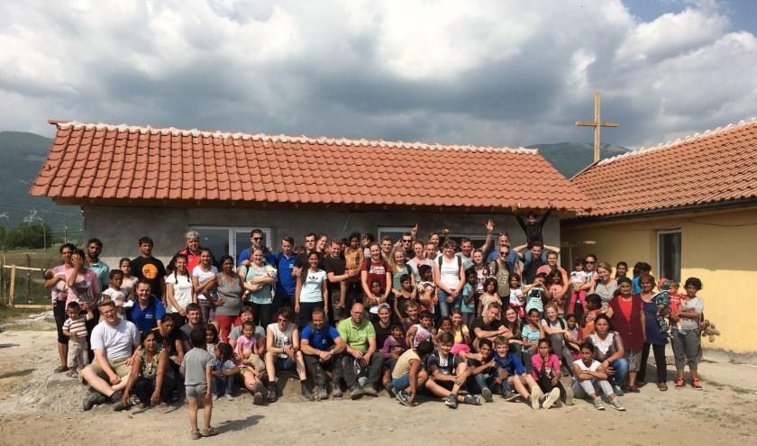 De groep jongeren van de werkweek uit 2016 met de plaatselijke bevolking. (foto: G. van den Berg)