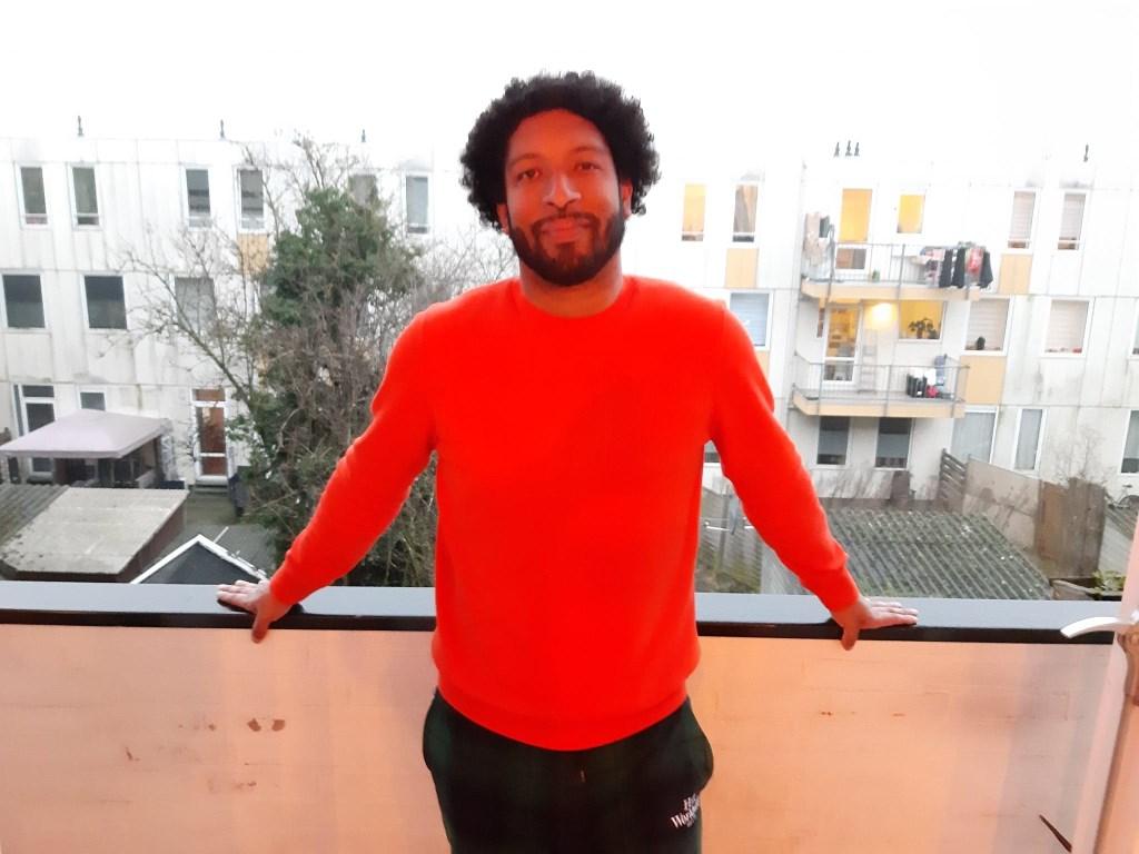 Dean Bowen op zijn balkon in Charlois.   © DPG Media