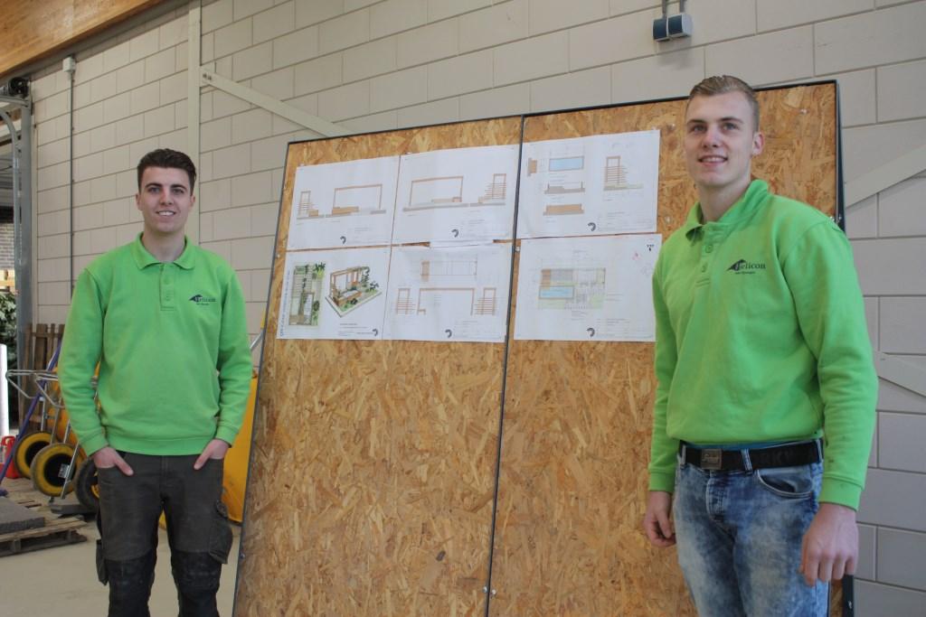 Guus en Thijs bij het ontwerpbord Foto: Pleun Weijers © DPG Media