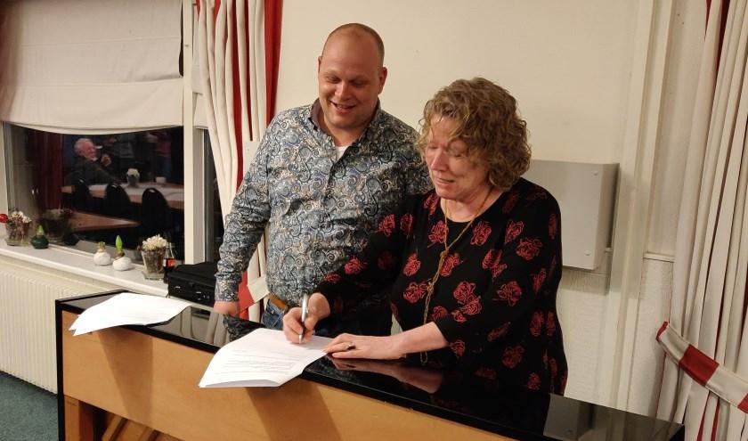 Jeroen de Lange (voorzitter) en Mariette Effing tekenen de overeenkomst