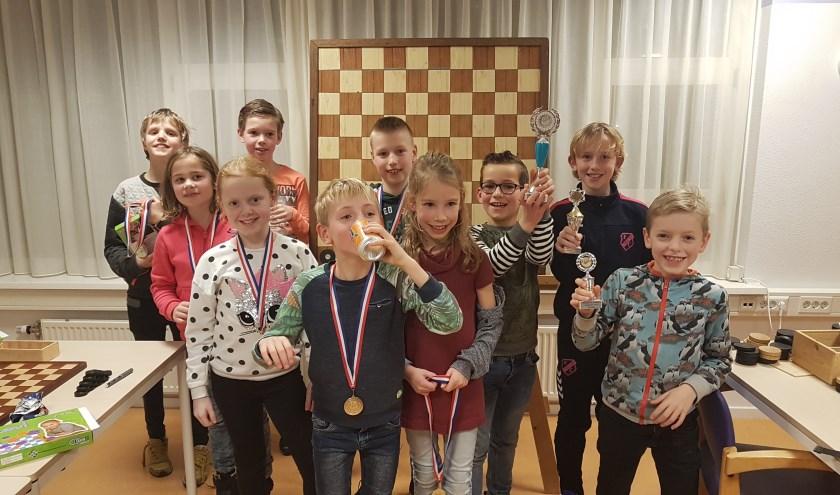 De tien beste deelnemers aan het  damtoernooi voor de groepen 4, 5 en 6.