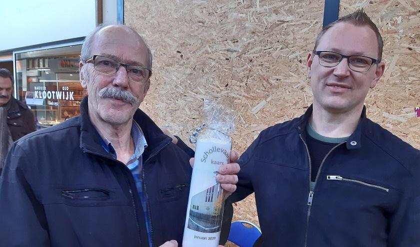 Kees Landman (links) ontvangt de Schollevaarse Kaars van Jan Merte van Eijk.  Foto: PR