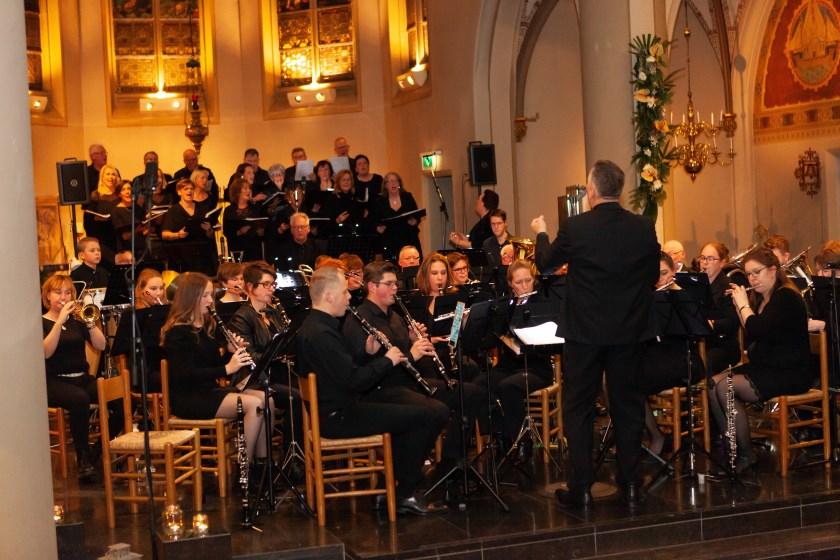 De Liemers Hamonie in actie tijdens de eerste editie van het goed bezochte 'Warm Winter Concert'.