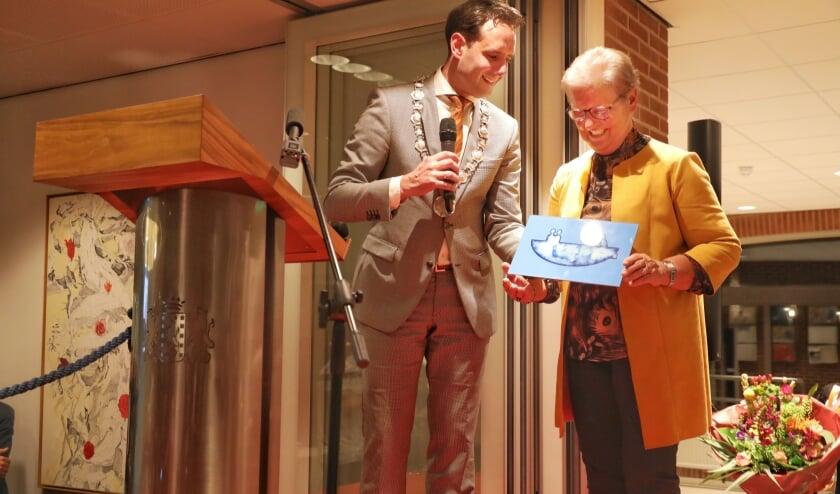 Roelie Smidt kreeg de Piet Dijkstra prijs uit handen van burgemeesters Harm-Jan van Schaik.