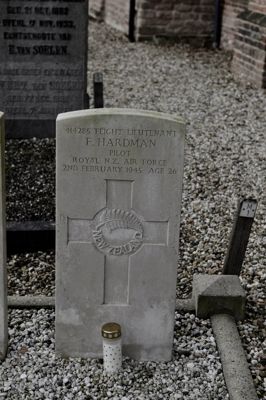 Gedenkteken van Frank Hardman op het kerkhof in Wadenoijen  © DPG Media