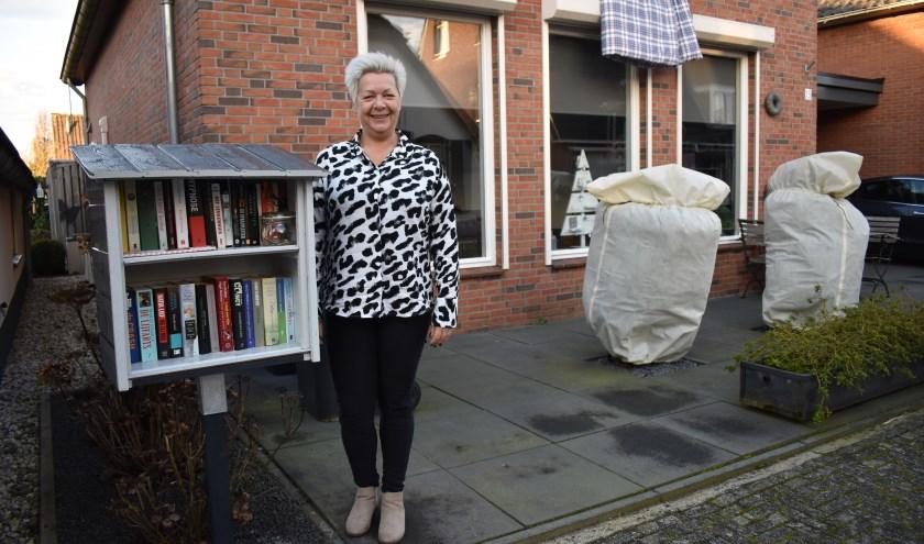 Alida Scherphof bij haar nieuwe minibieb aan de Bloemstraat. (Foto: Van Gaalen Media)