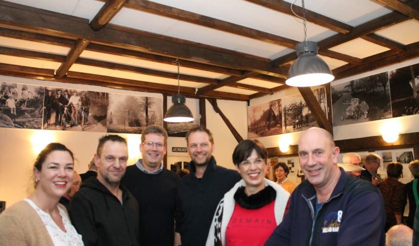 De organisatie van 40 jaar buurtschap Eversdijk op de feestavond. Het bleef tot in de kleine uurtjes gezellig. Van links naar rechts Linda, Frans, Martijn, Carlo, Elsbeth en Ad. FOTO: Leon Janssens