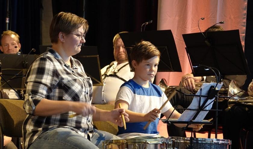 AMV-docent Roos van Brakel op het podium met een leerling