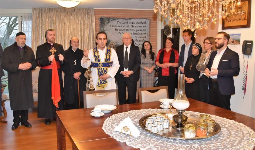 Yauno werd ingezegend door Mor Polykarpus (2e van links op de foto), de hoogste geestelijke in de Syrisch-orthodoxe kerk in Nederland