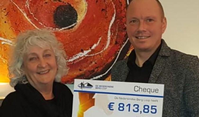 De uitreiking van de cheque door Martijn van Veenendaal, voorzitter Nedereindse Berg Loop aan Ineke Aalderink, directeur Proxima Terminale Zorg.