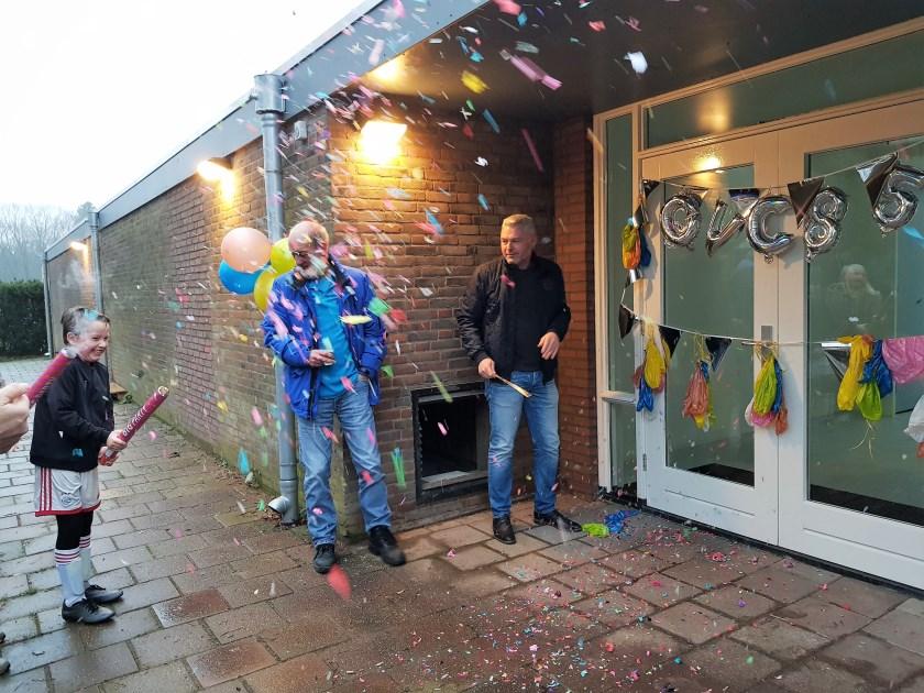 Onder een confetti-regen werden op Sportpark De Bilderberg, de nieuwe kleedkamers van OVC '85 geopend.