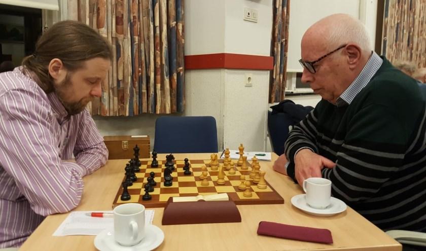 John Riksen (rechts) redde het niet tegen de kampioen. (foto: Rinus van der Molen)