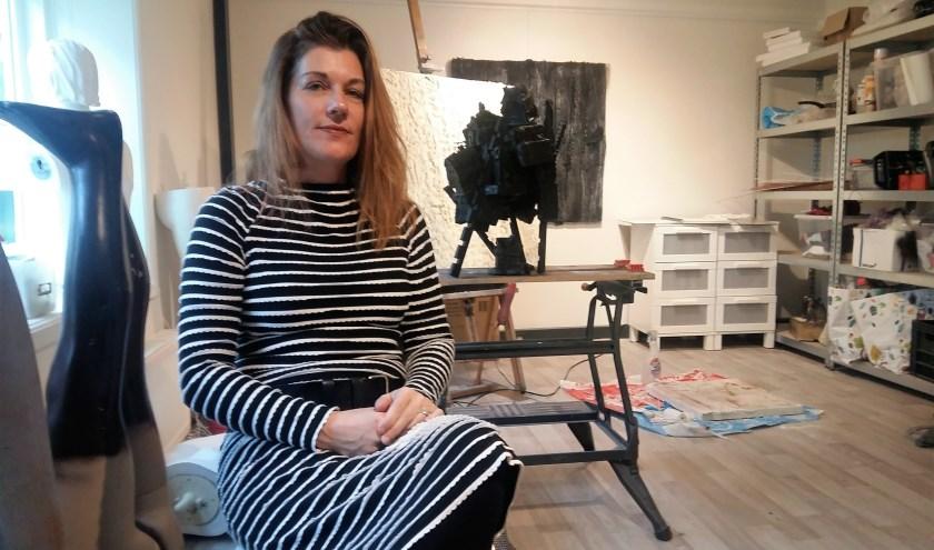 Kunstenaar Ketlin van Esschoten in haar nieuwe atelier in het souterrain van Landsman Uitvaartzorg in de Weidstraat. (Foto: Karin Doornbos)