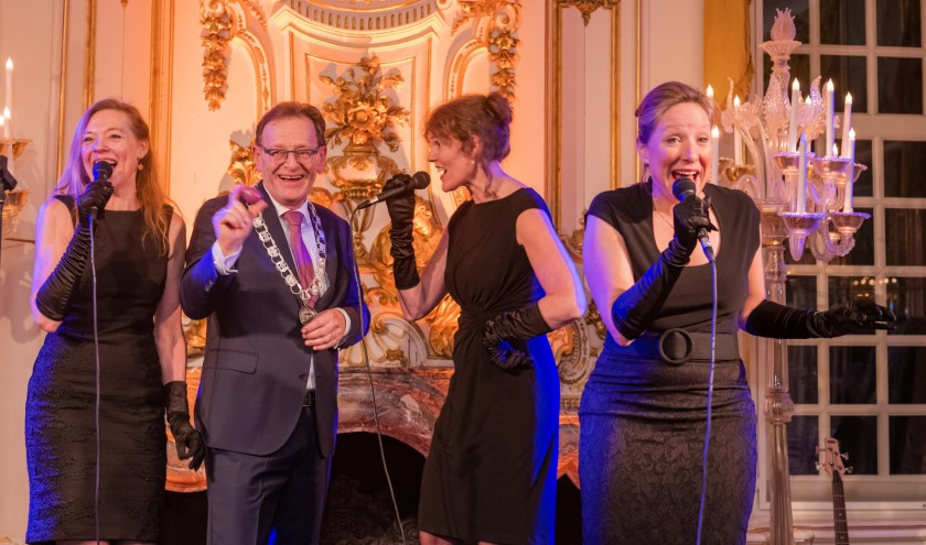 Direct na zijn speech verwonderde burgemeester Janssen meteen zichzelf en het aanwezige publiek door mee te doen met het optreden van het acapella trio Bel Ami.