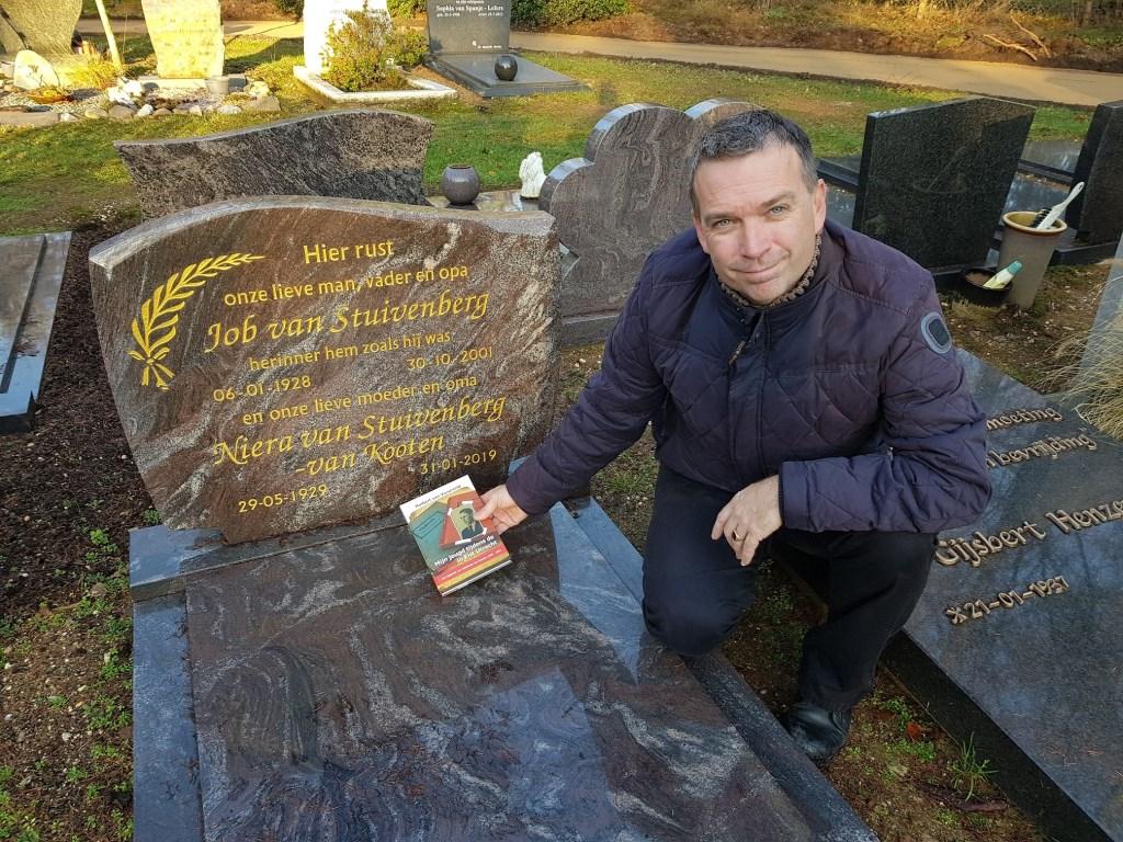 Bij het graf van Nierra Stuivenberg-van Kooten van wie hij het dagboek kreeg.  © DPG Media