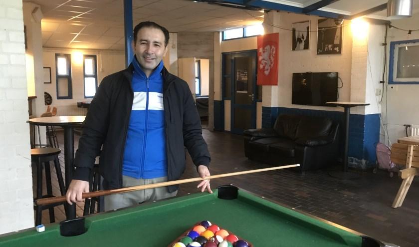 Trainer Coco Fares is op meerdere fronten actief bij voetbalclub Patria in Zeist.