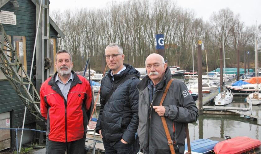 Havenmeester Daaf Kodde, Michiel Gunsing en voorzitter Henk Blaauw (vlnr) geven een bevlogen inkijkje over watersportvereniging VADA.