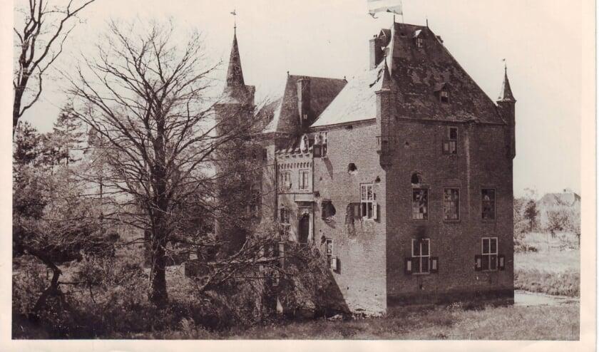 <p>Bij de bevrijding werd door een paar lefgozers, vanuit hun evacuatielocatie, de vlag uitgestoken op het kasteel.&nbsp;</p>
