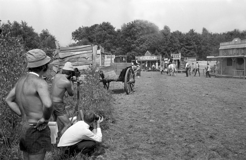 Opname zuurkoolwestern (1969) met regisseur Rien Kroon en cameraman  Joop Kroon. Foto: collectie Hans Grootenhuijs RN/AD Foto: AD Rotterdams Dagblad/RN © DPG Media