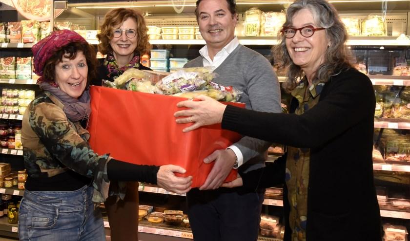 v.l.n.r.Sjakkelien Betlem. Petra Dongelmans, Robin Hut en Ellen van de Zilver met de eerste doos overgebleven voedsel. Foto: Marianka Peters