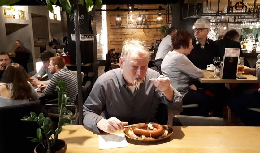Herontdekker van de zuurkoolwestern Hans Grootenhuijs verorbert een prakkie zuurkool in westernstyle bij restaurant LISA aan het Zuidplein. (Foto: Joop van der Hor)