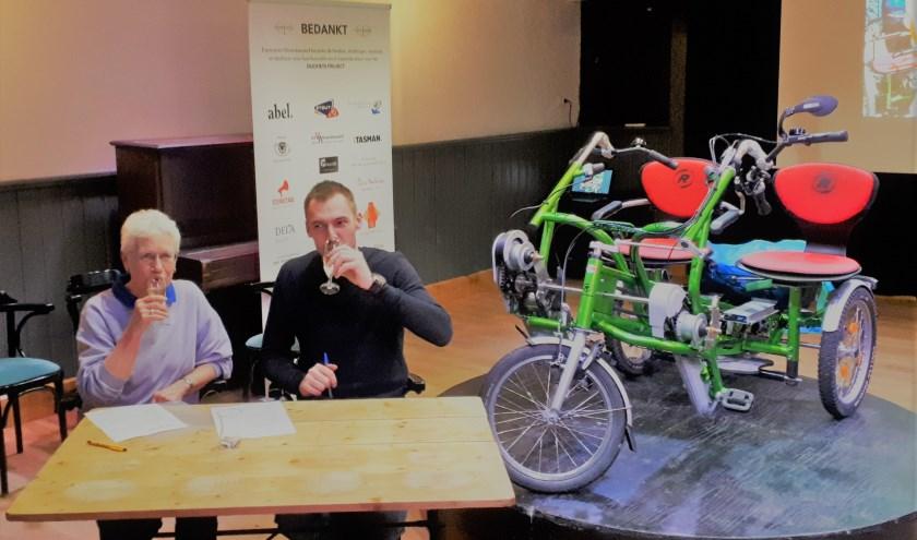 De DuoFiets is officieel overgedragen van Esperanza aan Stichting Welzijn Albrandswaard, Trudy en Tjeerd proostten hierop